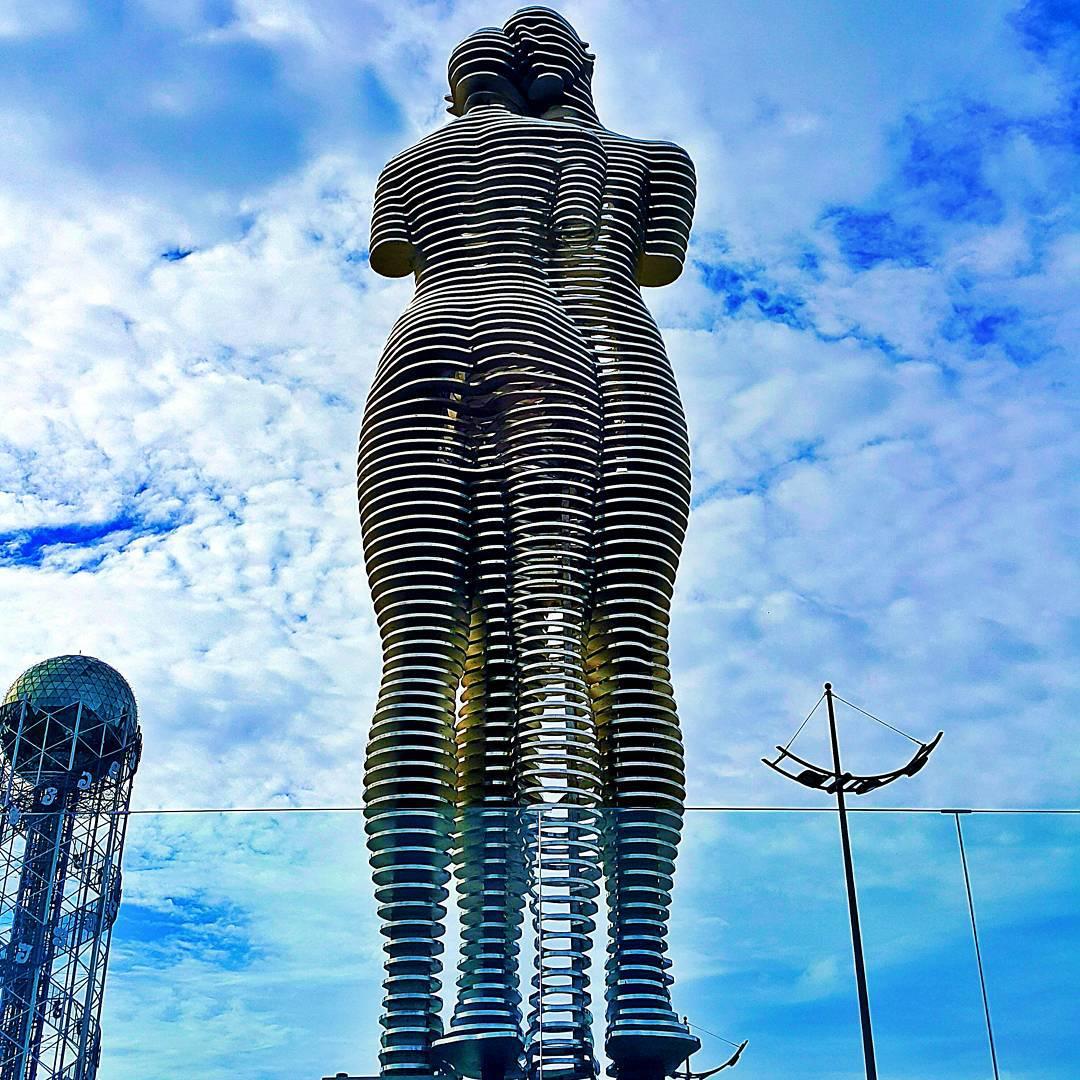 Статуя куни в батуми