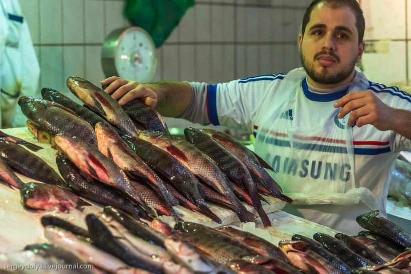 26 Путешественник показал, как и чем торгуют на рынке в Кувейте