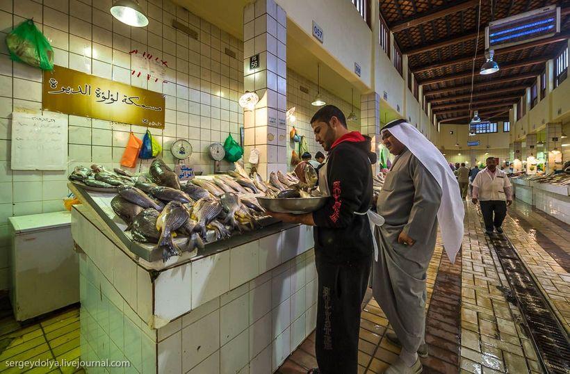 27 Путешественник показал, как и чем торгуют на рынке в Кувейте