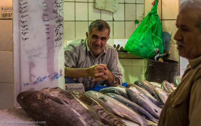 32 Путешественник показал, как и чем торгуют на рынке в Кувейте