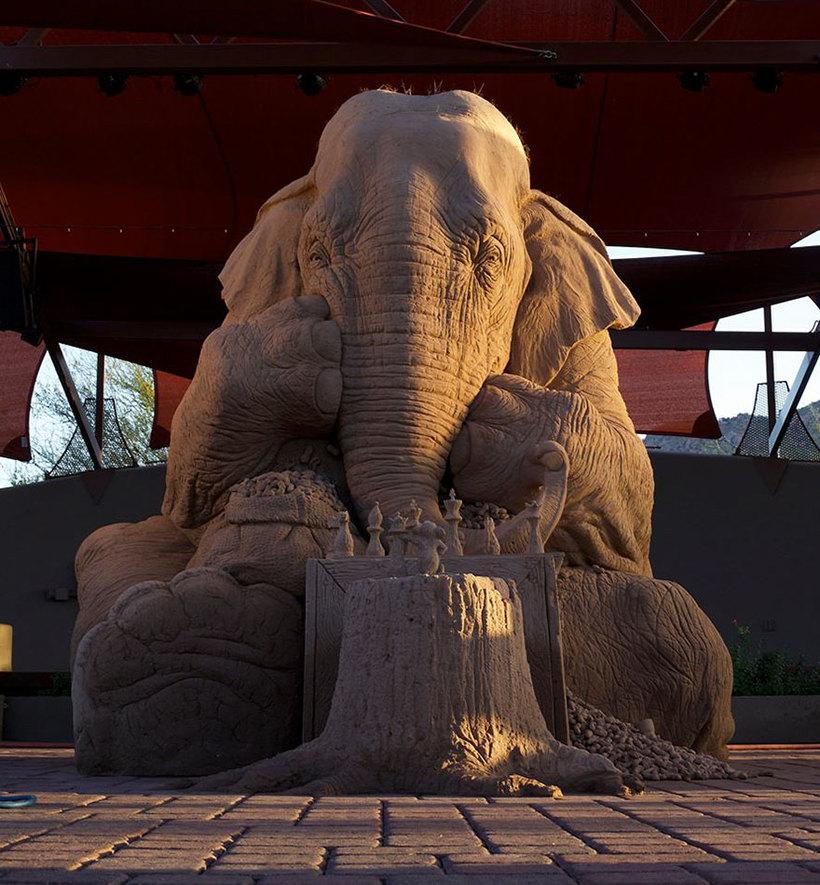 Мир покорила песочная скульптура слона, играющего в шахматы с мышкой, выполенная в натуральную величину