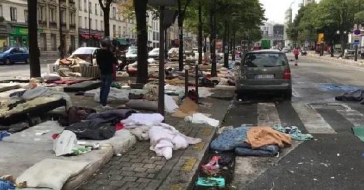 Ужасающий Париж: 11 новых фото о том, как выглядит город «в плену» у африканских беженцев