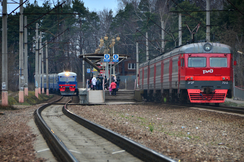 Электропоезд протащил пассажирку по станции