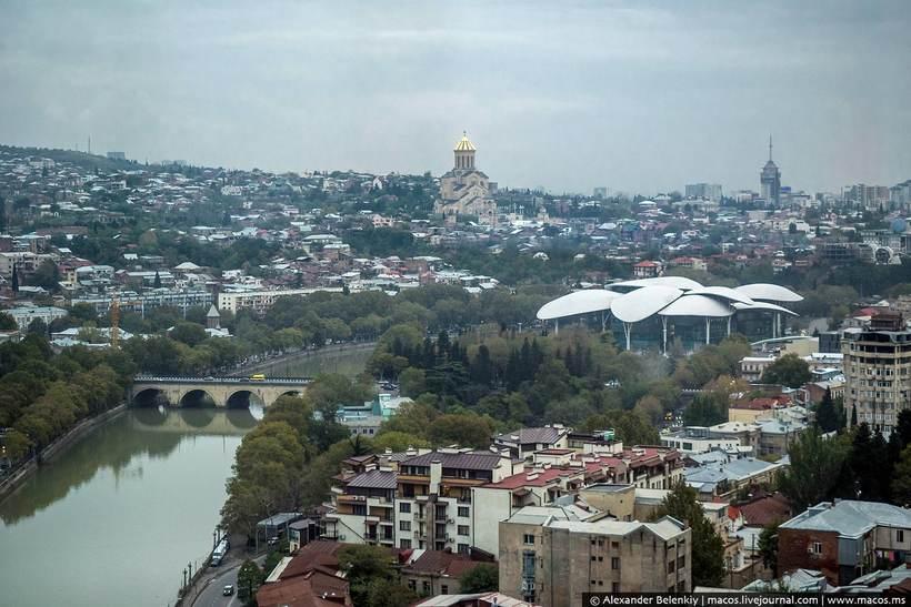 Трущобы для беженцев превратили в лучший отель Грузии