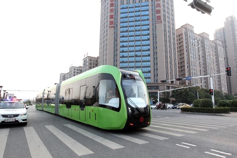 В Китае появились безрельсовые поезда, которые работают без машиниста