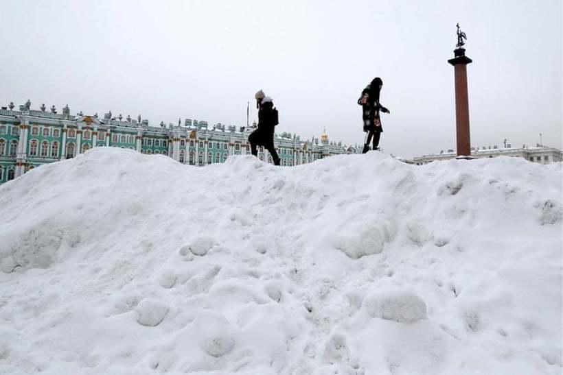 Юные петербуржцы облюбовали огромную снежную кучу на Дворцовой площади