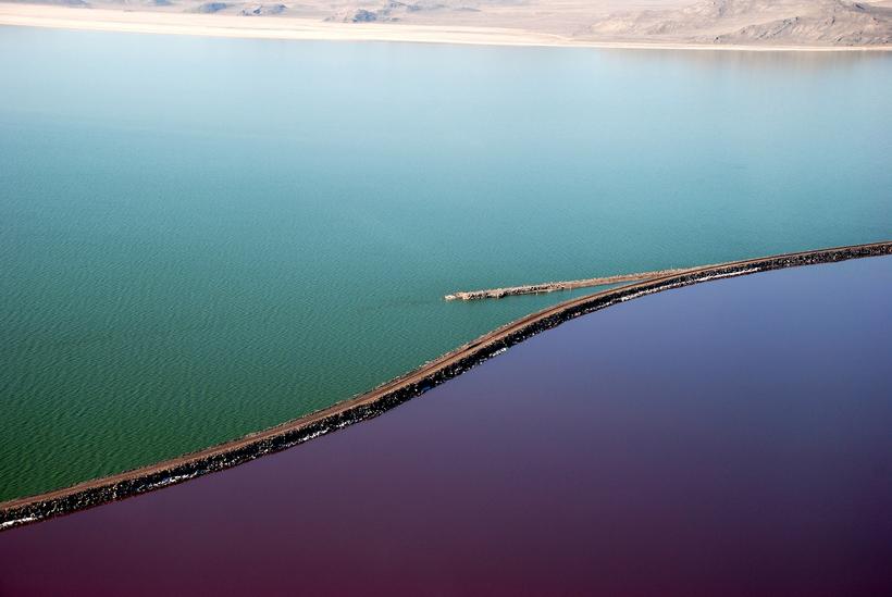 Двухцветное озеро: почему части Большого Соленого озера разного цвета